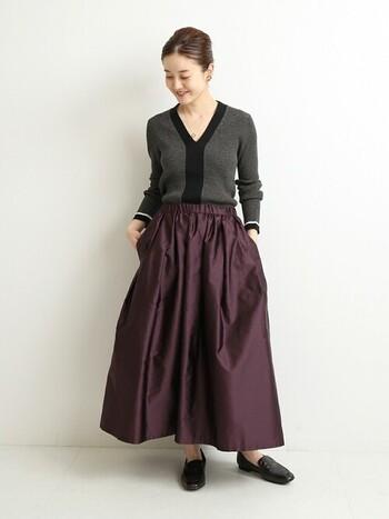 Vネックは、顔まわりをスッキリ見せてくれる優秀アイテム。ジャストサイズのきれいめトップスにフレアなロングスカートを合わせて、賢くメリハリコーデを作りましょう。