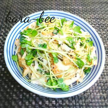 コンビニのサラダチキンをアレンジした食べごたえのあるサラダ。  新玉ねぎはスライサーを使うと、薄く均等にスライスできます。フレッシュな味わいの新玉ねぎとカットしただけのかいわれ大根が瑞々しい美味しさを演出してくれます。