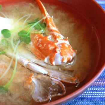 渡り蟹を使った漁師風の贅沢な味噌汁です。濃厚な蟹の旨みにさっぱりとしたかいわれ大根がよく合います。アクが出るので、丁寧に取り除くと、品のある仕上がりになりますよ。