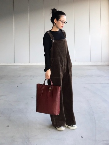 コーデュロイ生地が秋らしいサロペット。髪の毛はキュッとまとめてトートバッグを合わせれば、こなれ感ときちんと感を両立できますよ。