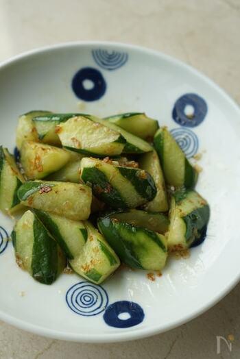 シンプルにきゅうりだけを炒めるレシピも、覚えておくと重宝します。お弁当の隙間や、夕食の「あと一品」にぴったり。塩味で炒め、ご飯にもお酒にもよく合います。