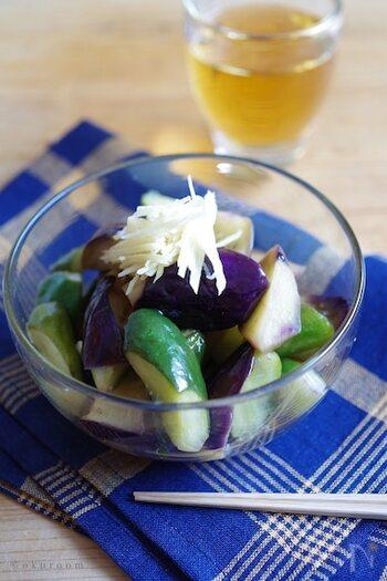 作り置きおかずとしてもおすすめの、なすときゅうりの揚げ浸し。乱切りにしたなすときゅうりを多めの油で揚げ焼きにし、めんつゆと酢に浸します。熱いうちに漬け汁と混ぜ合わせ、粗熱を取りしっかりと冷やすと、よく味が染みた揚げ浸しが出来上がり。夏野菜の定番コンビが、おいしく食べられそうですね。