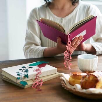 福井のリボンメーカーが作った「しおりぼん」は、デザイン性の高いしおりです。本に挟んだままでもサマになるアートな雰囲気が素敵♪