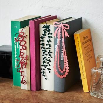 背表紙をおしゃれに彩ってくれます。本好きの方へのプレゼントにも喜ばれそうですね。