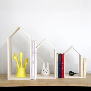 増田桐箱店が作る家の形をしたブックエンドは、桐の風合いはもちろん、調湿性と防虫性に優れているのがメリット。ダ中小3サイズのおうちモチーフの間に本を挟んで雑貨を一緒に飾ったり、本を中に収納してもOKです。