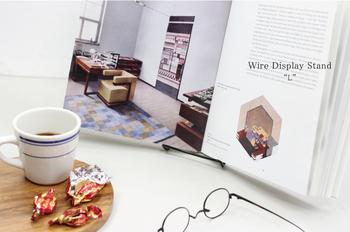 アメリカのGibsonHoldersのワイヤースタンドは、世界中の書店で使用されている人気アイテム。ワイヤーで作られたシンプルなデザインで、読みかけの本を立てかけてディスプレイにも使えます。