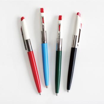 ハンガリーの文房具メーカーのICOのボールペンは、70年代に人気だったモデルを復刻させたレトロなカラーとデザインが魅力。斜めにカットされたノック部分は押しやすく、アクセントにもなっています。専用の替え芯があるので、ずっと使い続けられるのもうれしいポイント。
