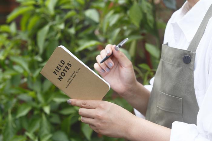 持ち歩きにぴったりなフィールドノート。ポケットに入るサイズ感で、外出先でサッとメモするのにぴったりです。裏表紙はプロフィールを書いたり、何かを測るときに便利なメジャーになったユニークなつくり。3冊で1セットなのでどんどん使えそうですね。