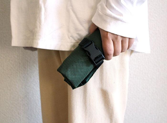 バックルは折りたたみの際にも大活躍。本体をくるくる丸めてバックルで留めるだけで、幅15.0×高さ5.0×奥行7.0 (cm)ほどのコンパクトサイズに。また、バックルのベルトを縛れば、太さの微調整も可能なのでバッグに入りやすい大きさにたためます。