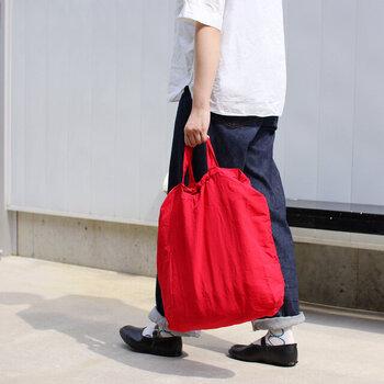 多くの人が心地よく使えるようにと考案された「フレドリックパッカーズ」のマイバッグは細かいところまでよく行き届いた作りが特徴です。素材はナイロン生地にタスラン加工を施した「TASLAN NYLON」という軽量で耐久性がバッチリの素材で作られていて、素朴なシワ感がほどよくカジュアルな趣を醸し出しており、気軽に持ち歩けます。