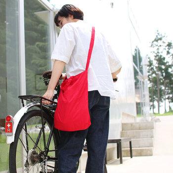 使用するときも、斜め掛け、手持ち、肩がけと3way仕様なので、自転車で移動するときにかごに入れずに使えます。持ち手の長さは27.5cm。ショルダーの長さは92cmもあるので、肩がけにする場合は結んで好みの長さに調整すれば、見た目もおしゃれ。