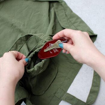 嬉しいポイントはまだあります。内側にH24cm×W29.5cmの大きなポケットがついており、少しはみ出す形になりますが、A4サイズのノートを収納できます。ほかにも収納するときの袋の部分が小さなポケットとして使えるので、お家のカギや自転車のカギなどなくしたくないものの収納に最適。