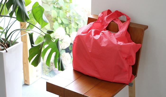 バッグに常に入れておくマイバッグはできるだけコンパクトに折りたためて軽量なのがベスト。そんな希望を叶えてくれる優れたマイバッグがこちら、石川県の繊維メーカー「トゥーアンドフロー」のとても軽くて丈夫なマイバッグです。
