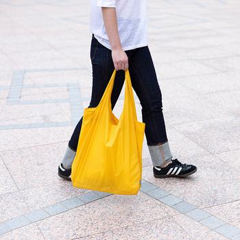 広げた本体サイズはW39×H55cm×マチ12cmで重さが加わる取っ手の部分が2枚仕立てになっているため、5kgの荷物を入れても大丈夫な頼もしいバッグです。こんなに軽くてコンパクトに折りたためるのに、シャリ感がありながらシワになりにくい生地なのも嬉しいポイント。また生地は透けるほど薄くて風合いもなめらかで美しい仕上がりのうえに、しっかり撥水性もあるので雨でも安心。