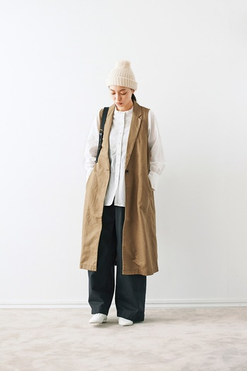 シンプルな白シャツも、素朴なベージュと合わせれば秋らしい装いに仕上がります。ロング丈のジレを羽織れば、Aラインを強調するスッキリコーデに。