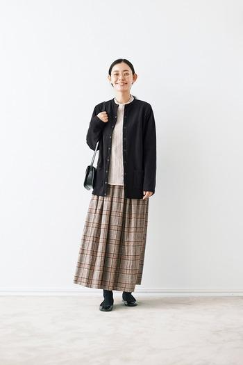 スカートを選ぶ場合には、全体をジャストサイズでまとめるとスッキリ。少しの動きやすさも重視したいので、大きめシルエットは控えましょう。
