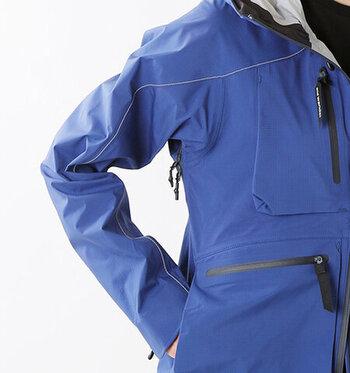 アウトドアでの使用を目的に作られているだけあって、マウンテンパーカーは防風性・防寒性に優れています。シティファッションとしても楽しめるデザインも多く、秋冬には暖かなアウターとして活躍してくれます。