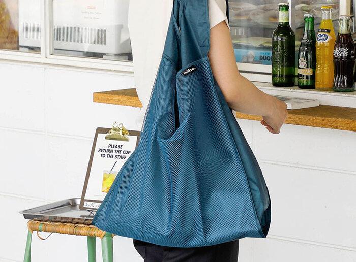 いつものお買い物から、ちょっと近所に出掛けるときのバッグ、または旅行中のサブバッグなど、様々なシーンで活躍してくれる便利なメッシュポケット付きのマイバッグ。