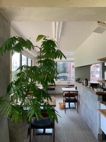 さらに2020年6月には、同ビル内の2階にもう一つのカフェもオープン!  こちらは同一ビル内の階段を上がった先にある、まるで隠れ家のような場所。