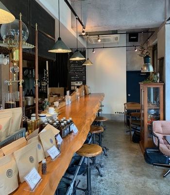 一枚板のカウンターが印象的なこじんまりした空間は、落ち着いた雰囲気。もちろんテーブル席もあり、ガラス張りで中の様子もよくわかるので、おひとり様での初めての来店でも入りやすいのが◎。