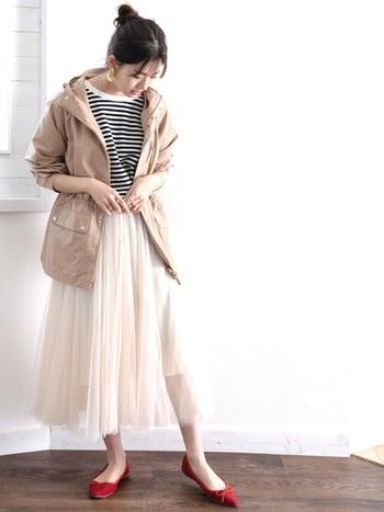 カジュアル度の高いマウンテンパーカーでも、プリーツやギャザーが効いたスカートはフェミニンな印象に見えるため、女性らしい可愛いコーデが作れます。優しい色合いなら、よりキュートにみせることができますね。