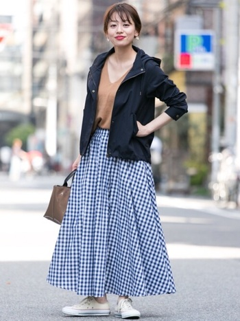 ダークカラーのマウンテンパーカーは、重たい印象になりやすいのですが、華やかなフレアースカートと合わせると軽やかで爽やかなスタイルに。印象度を上げたコーデに仕上がります。