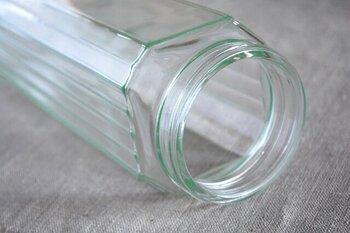 本体部分はガラス製なので中身もわかりやすく、容量はパスタを保存する場合は長さ250mmまでのパスタなら、約900gまで入れることができ、使い残しをしっかり保存できます。直径8.0×高さ28.0cmの角形の収納しやすい形状で、省スペースですっきりと収納できます。