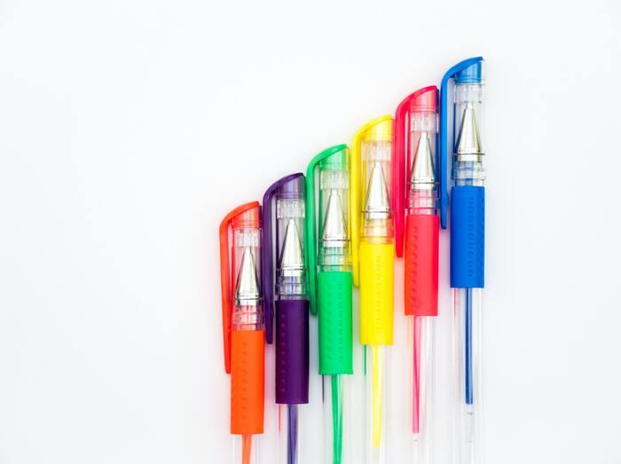 ゲルインクはボールペンのインクで最近よく使われる種類のひとつです。耐水性があり、かつなめらかに書ける、という水性と油性のメリットを兼ねそなえたアイテム。カラーバリエーションも豊富なので選ぶのが楽しみです♪