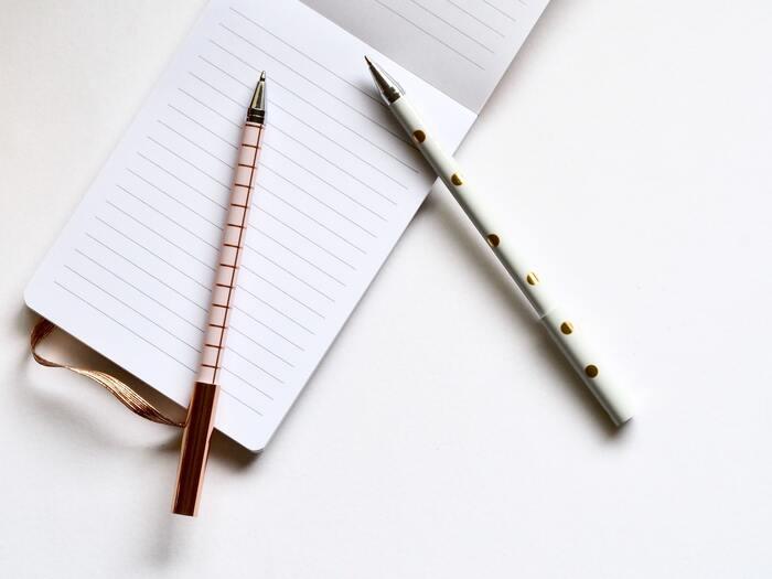 ボールペンでの筆記線の太さに比例するといわれるペン先(ボール径)。その大きさには幅がありますが、一般的には0.3~1.0mmくらいのものが使いやすいと言われています。狭い枠に文字を書くときはペン先が0.4mm以下の細いボールペンを、ラベルなどで目立たせたいときにはペン先が0.5mm以上の太めのボールペンなど、用途に合わせて使い分けると良いでしょう♪