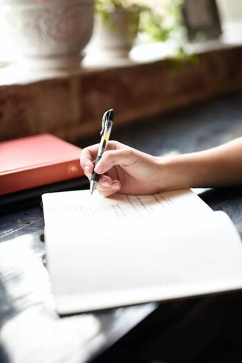 ボールペンのデザインもいろいろですよね。太さやくびれなど、握りやすいよう工夫がさまざまに施されているので、自分の手にフィットするものを選ぶのがポイントです。手帳やノートと一緒に持ち歩くときには、クリップが付いていると便利ですし、ボールペン自体のデザインを選ぶのも楽しみのひとつ。ハーバリウムボールペンなどデザインにこだわったアイテムは、心も弾みますよ♪