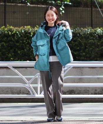 横糸に綿を約60%、縦糸にナイロンを約40%の比率で織り上げられた生地60/40クロス。ロクヨンとも呼ばれるシエラデザインの代表的なマウンテンパーカーは、どこかクラシカルな雰囲気も◎
