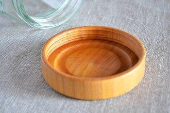 天然のケヤキのフタは石川県山中に伝わる、木をろくろで挽いて作る技術によるもの。この伝統的な技法と精巧なネジ切り加工により、開閉が軽くてスムーズで、丈夫なフタに仕上がっています。また、食器にも使用される安全なウレタン塗装が施されているため、フタも水洗いできて衛生的。