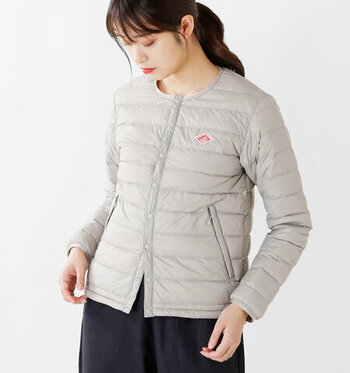 腕まで暖かいのが長袖のインナーダウンの特徴です。しかし、組み合わせるアウターによっては、もたついたりきつく感じてしまうこともあります。ベストは重ね着しやすくコーディネートのポイントにも使いやすい反面、真冬のライナーとしては心細い場合があります。