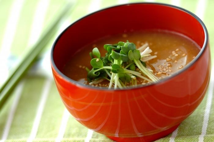 かいわれ大根は長さを半分にカット。味噌を溶きいれた後に、茎の部分を鍋に入れ、さっと温めます。可愛い葉っぱのついた部分は火を通さず、お椀に味噌汁をよそった後にトップにあしらいます。かいわれ大根らしい風味の良さを味わえる味噌汁の出来上がりです。