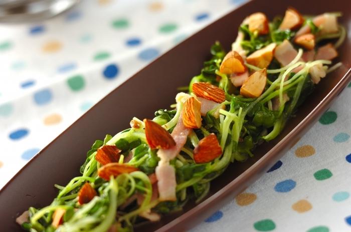かいわれ大根をたっぷり2パックも使っている炒め物。大量消費にぴったりですね。  かいわれ大根の旨みをベースに、ベーコンとアーモンドで食感と塩気のアクセントをつけています。炒めるとかいわれ大根の緑がより色鮮やかに見えますよ。