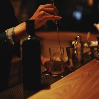 ビルドと似ていますが、ミキシンググラスの中でしっかりかき混ぜながら冷やしていく技法がこちらの「ステア」。カクテルの王様であるマティーニなどもステアで作られます。冷えていく過程で空気があまり含まれないので、どっしりとした酒感を残して仕上げることができます。