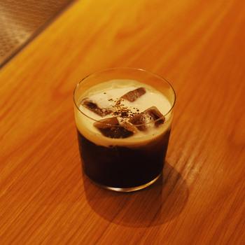 3つのテクニックを覚えたら、早速カクテル作りに挑戦しましょう!今回は、「No.ONLINE」に紹介されているレシピの中から「ホワイトルシアン」というウォッカベースのコーヒーカクテルをご紹介。「厳冬のロシア」をイメージして作られたという、フロートしたクリームが美しいカクテルです。