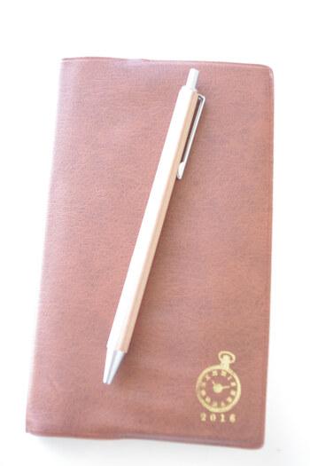 こちらのブロガーさんは、お手持ちの手帳に合わせてボールペンを選んだのだそう。合わせたのは、無印のナチュラルテイストのアイテムです。木軸で持ちやすい六角タイプ。クリップもあり、手帳との雰囲気や色合いもぴったりですね♪