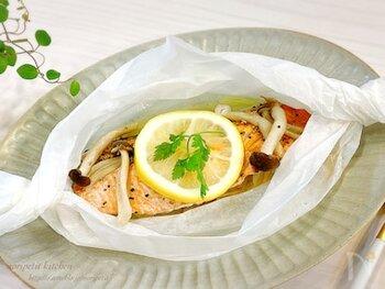 鮭ときのこの旨味がたっぷり詰まった一品。クッキングシートに材料を入れ、レンジでチンすれば出来上がり。きのこの種類を変えたり、野菜を足したりしてアレンジしても◎