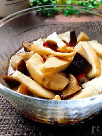 和食にも洋食にも合わせやすい常備菜です。レンジで加熱したエリンギに調味料を合わせ、もう一度加熱したら完成!そのまま食べるのはもちろん、パスタにのせてもgood。