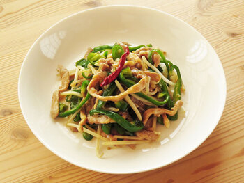 青椒肉絲(チンジャオロース)は、日本では牛肉を使うことも多いですが、中国では豚肉を使うようです。豚肉とピーマンなどの野菜の細切りを炒めるだけですので、とても簡単。豚肉は、生姜焼き用の少し厚めのものだと、細切りにしやすいですよ。