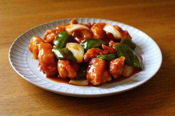 酢豚は、みんなが大好きな中華の代表的料理ですね。カレー用の豚もも肉などをこんがり揚げ、ピーマンなど野菜も素揚げします。そして、甘酢あんを絡めてできあがり。ボリューム感もあって、ご飯が進みます。