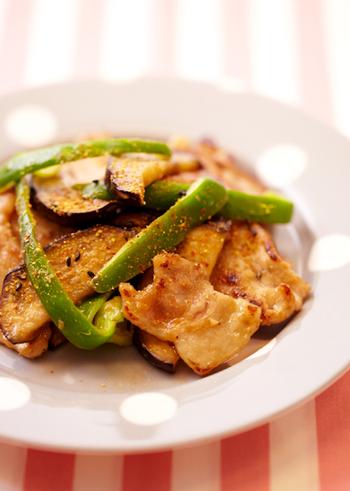 豚薄切り肉とピーマンとなすの組み合わせ。なすは味をよく吸いますし、ピーマンの苦みもいいアクセントに。七味を振ってピリ辛みそ味にするのもおすすめ。