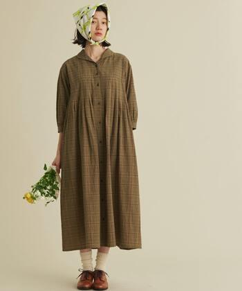 オープンカラーが制服のようでどこか懐かしい、古き良き時代の流れを感じさせるチェック柄のレトロワンピース。秋にぴったりの茶系のシャツワンピースは使いやすく、コートみたいに羽織るなど、様々なコーデを楽しむことができます。足元は同系色のレースアップシューズやクリーム色のソックスを合わせるとキュートに。
