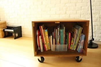 木箱を使ったDIY作品です。大きい木箱は絵本を収納するにはぴったりですよ。キャスターを付けることにより、子供でも重い絵本棚の移動が容易になって◎。片づけもしやすいですね。