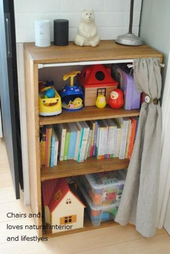絵本やおもちゃは、ビビットな色彩のものが多く、綺麗に並べていてもなかなかすっきりして見えませんよね。そこで、ファブリックを使って目隠しカーテンをしてみましょう。子供がいるときは、開けておくようにできると◎。ママと子供、どちらにも嬉しい方法ですね。