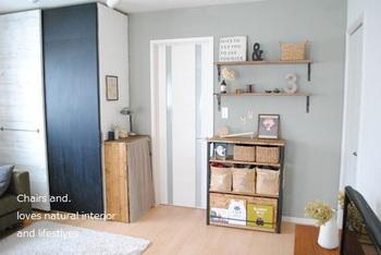 目隠しカーテンを付けるときのポイントは、シェルフを置くお部屋のイメージに合わせたファブリックを選ぶ事です。変に浮かずに馴染みやすくなりますよ。お部屋のテーマカラーを決めてみてはいかがでしょうか。