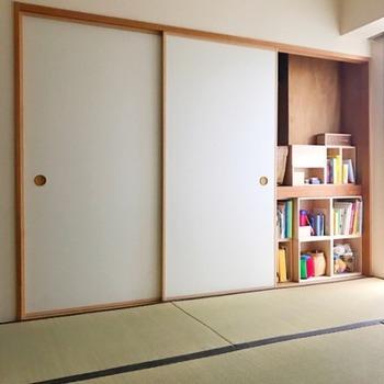 押し入れに絵本の収納スペースを作ると、ふすまを閉めてしまえば完全に隠れます。シェルフを使う場合はどうしても生活スペースが狭くなってしまいますが、この方法だと和室を広々と使えるのでおすすめ。