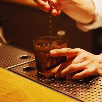 生クリーム以外の材料をロックグラスに注ぎます。注ぐ順番も大切で、比重の軽い順番でいれると好ましいです。ウォッカ→コーヒー→シロップの順番で注ぐことにより、比重の重いものが後から下に沈み込むため自然に対流が起き、混ざりやすくなります。基本的には糖分を多く含んで甘いものほど比重は重いイメージです。全て注いだらステアして材料を混ぜます。今回は比重の重いシンプルシロップが入っているので、しっかり混ぜないと一体感が生まれません。ステアが遅すぎても対流が弱く混ざりきらないので、一定のスピードをキープしましょう。止めるタイミングは、液体が冷えたらというよりはしっかり液体が混ざり合った時がベターです。