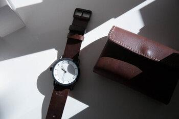 ごくシンプルでオーソドックスなデザインだからこそ、洗練された美しさが光る腕時計。大きさも丁度よく、太めのベルトながら女性の腕にしっかり収まります。